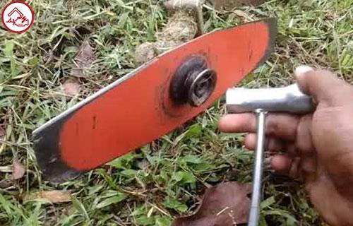 Cara Membongkar Bagian Pisau Pada Mesin Potong Rumput Gendong